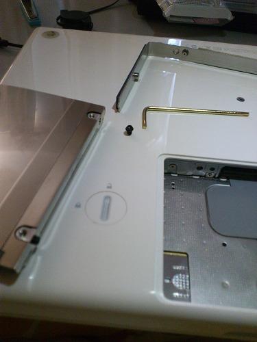 HDD交換の様子。極小プラスドライバーとT8トルクスドライバーが必要。